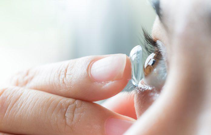 Casos de cegueira por uso de lentes de contato triplicam em 5 anos