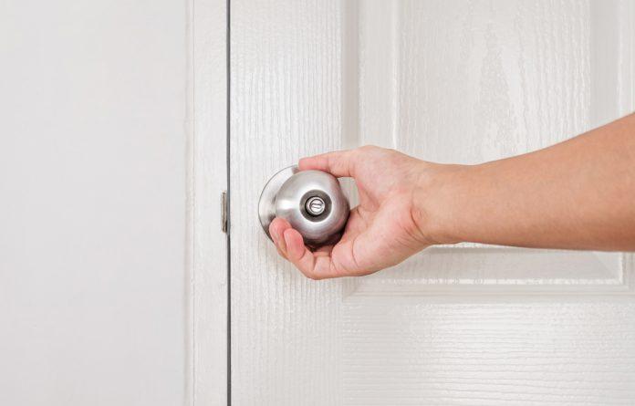 Fechar a porta do quarto antes de dormir pode salvar sua vida