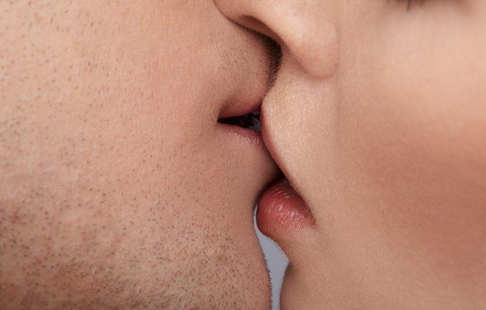 É possível pegar DST através do beijo?
