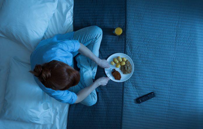 Comer antes de dormir faz mal?